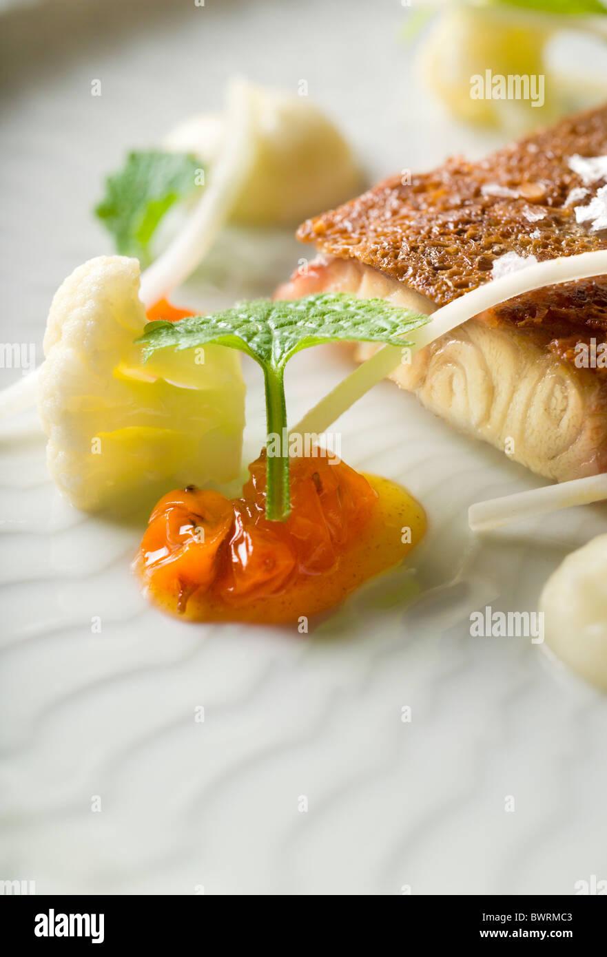 L'anguille fumée Rôtie avec pain de seigle, de choux-fleurs, baies d'argousier et les orties préparé Photo Stock