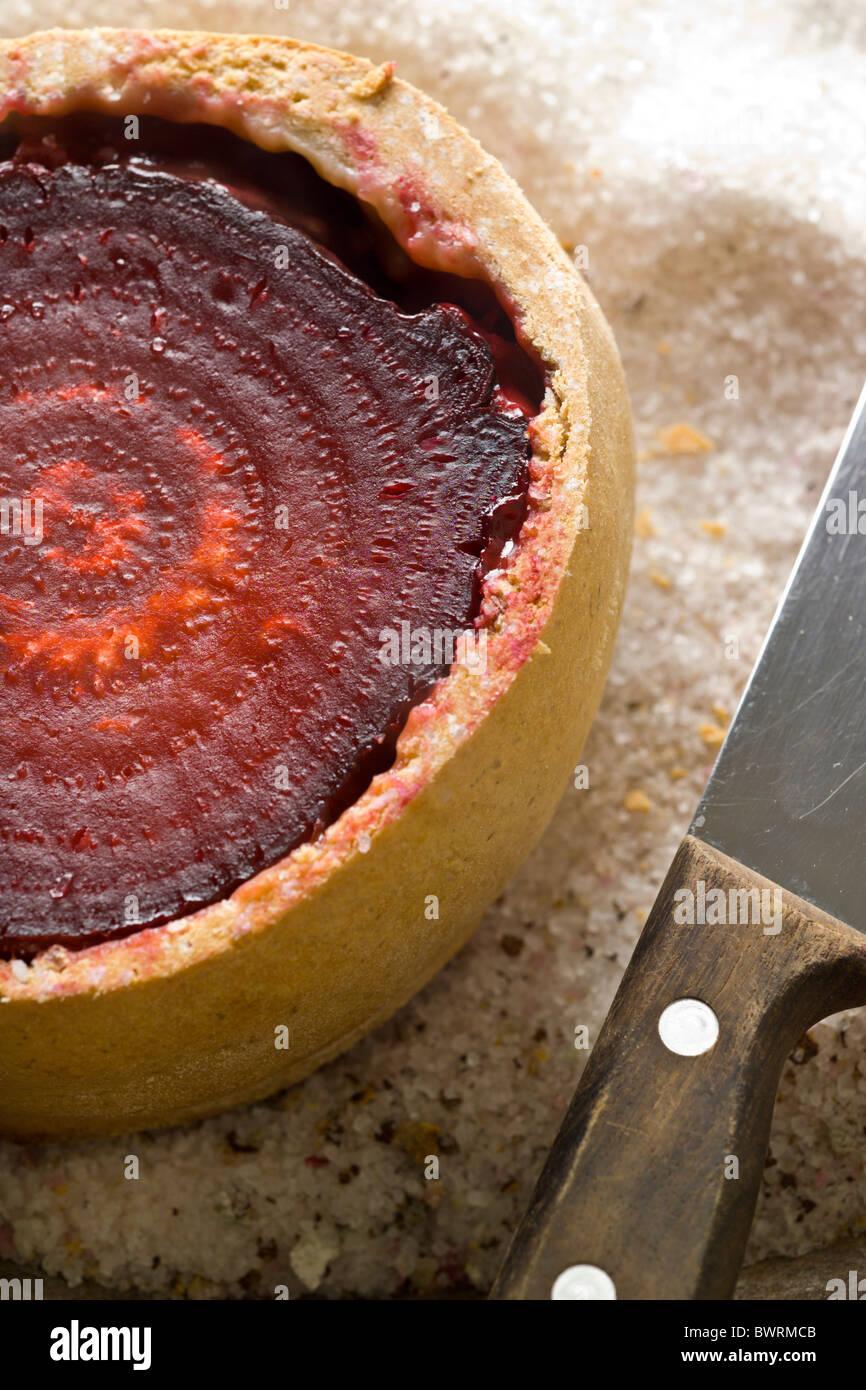 Salt-Baked avec de la betterave et de ris de veau sauce aux pruneaux préparé par Mads Refslund, Chef de Photo Stock