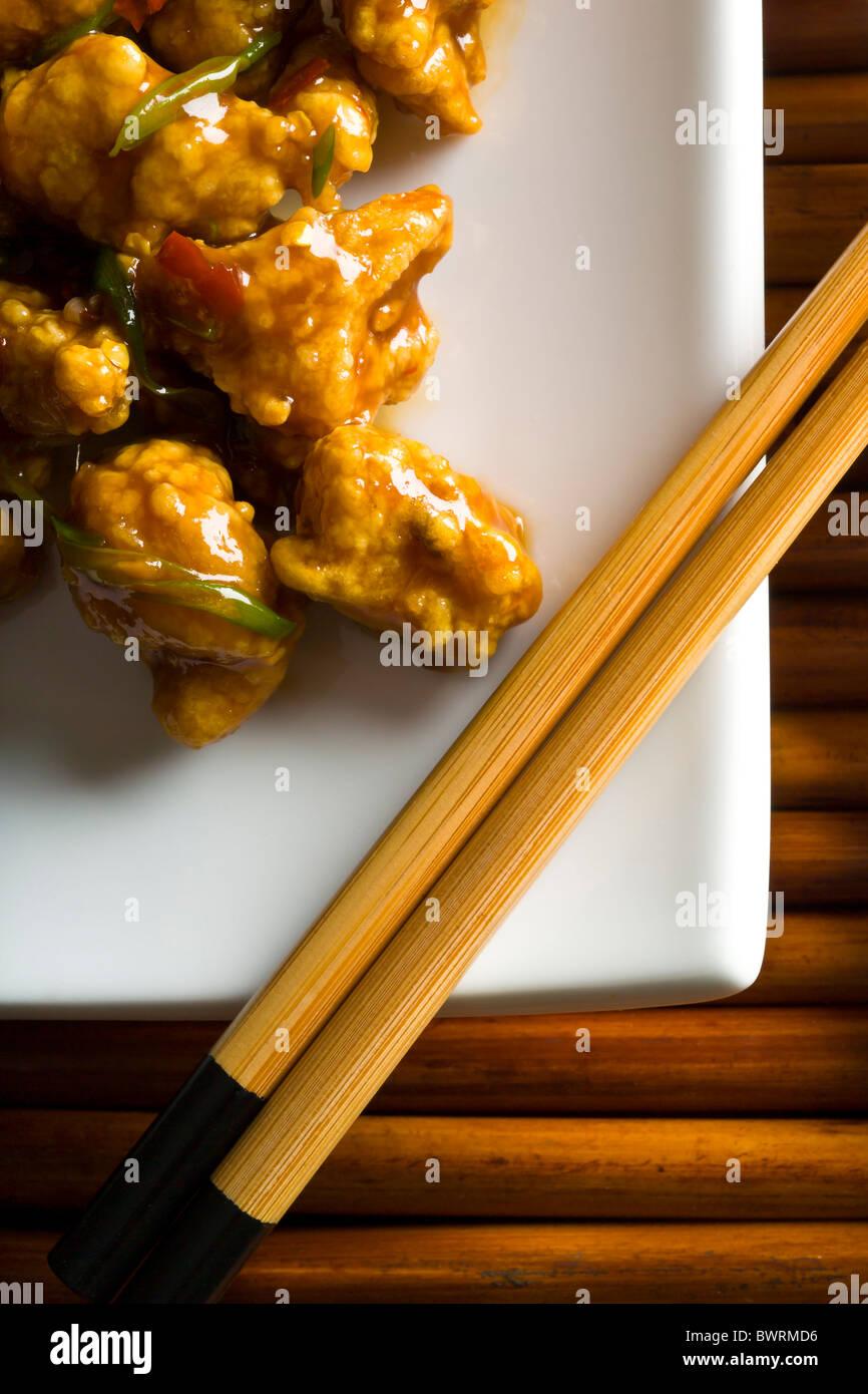 Les morsures de poulet trempé dans l'œuf et la fécule de maïs, pâte frite et jetés Photo Stock