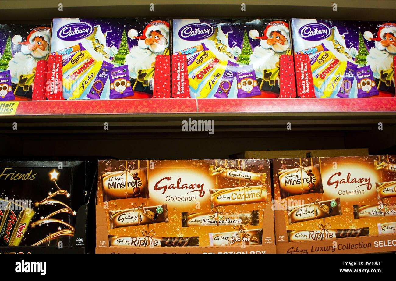 Les boîtes de sélection de Noël dans un supermarché au Royaume-Uni Photo Stock