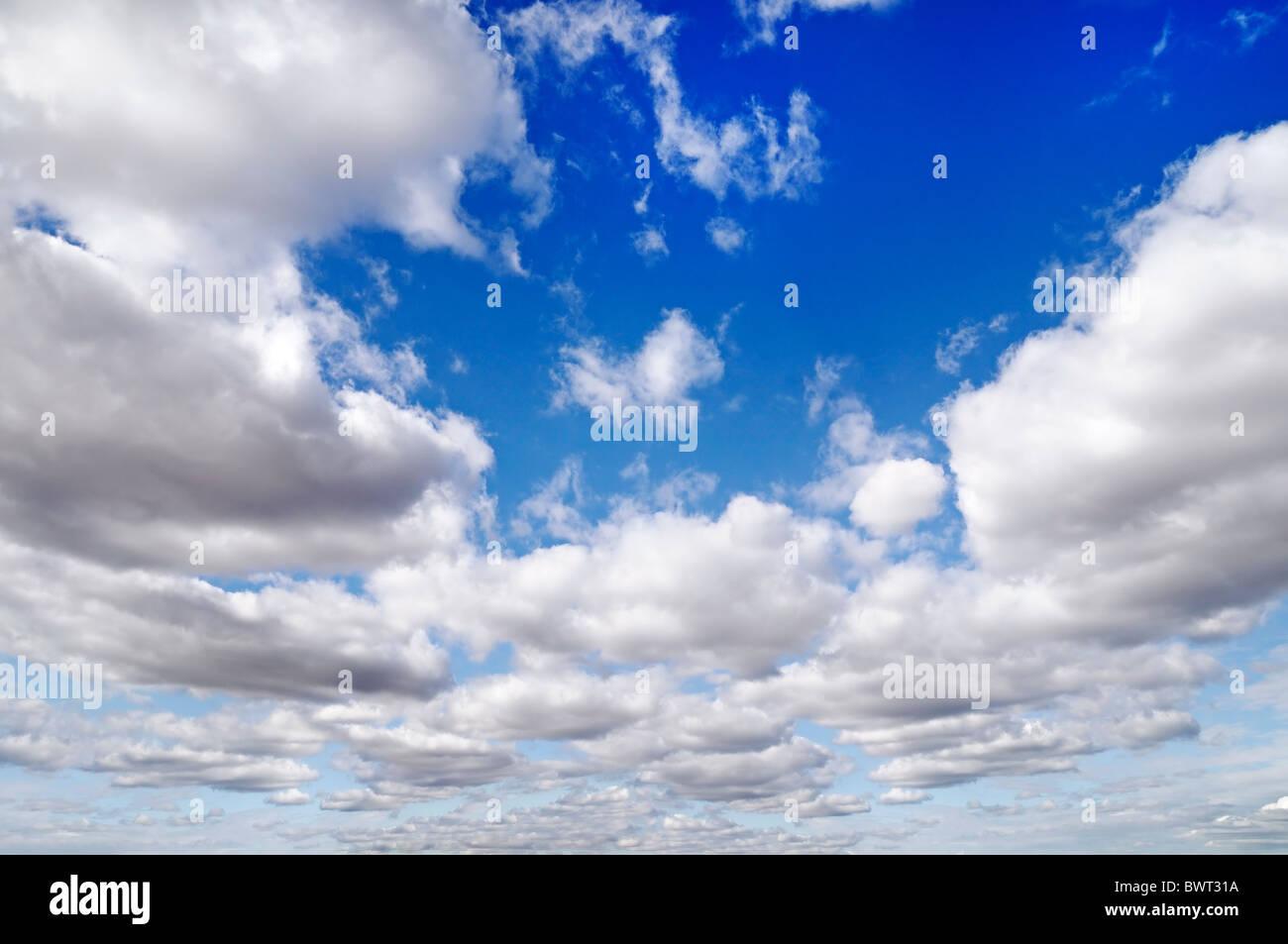Ciel bleu rempli de nuages Photo Stock