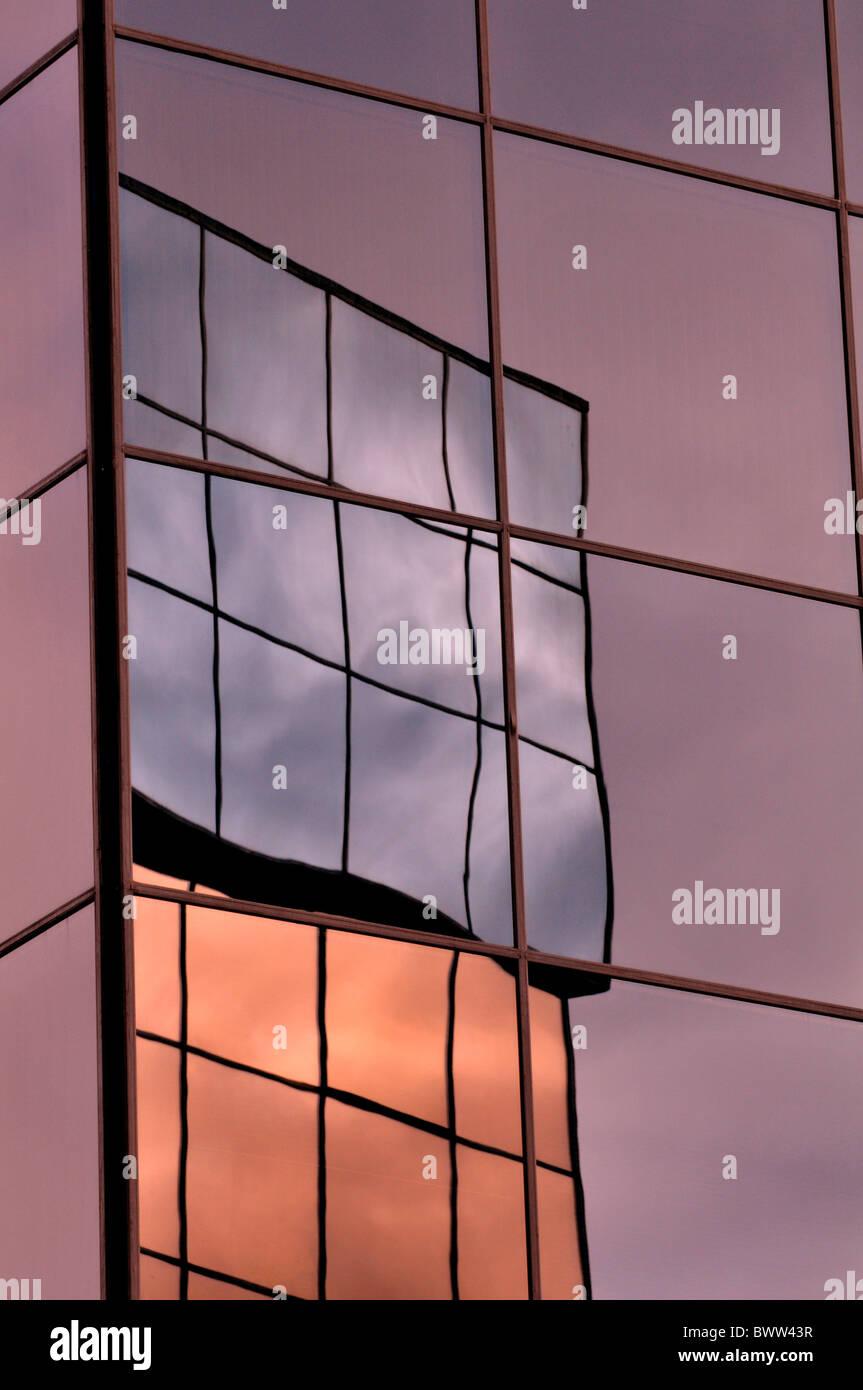 La réflexion de bâtiments en verre réfléchissant Photo Stock