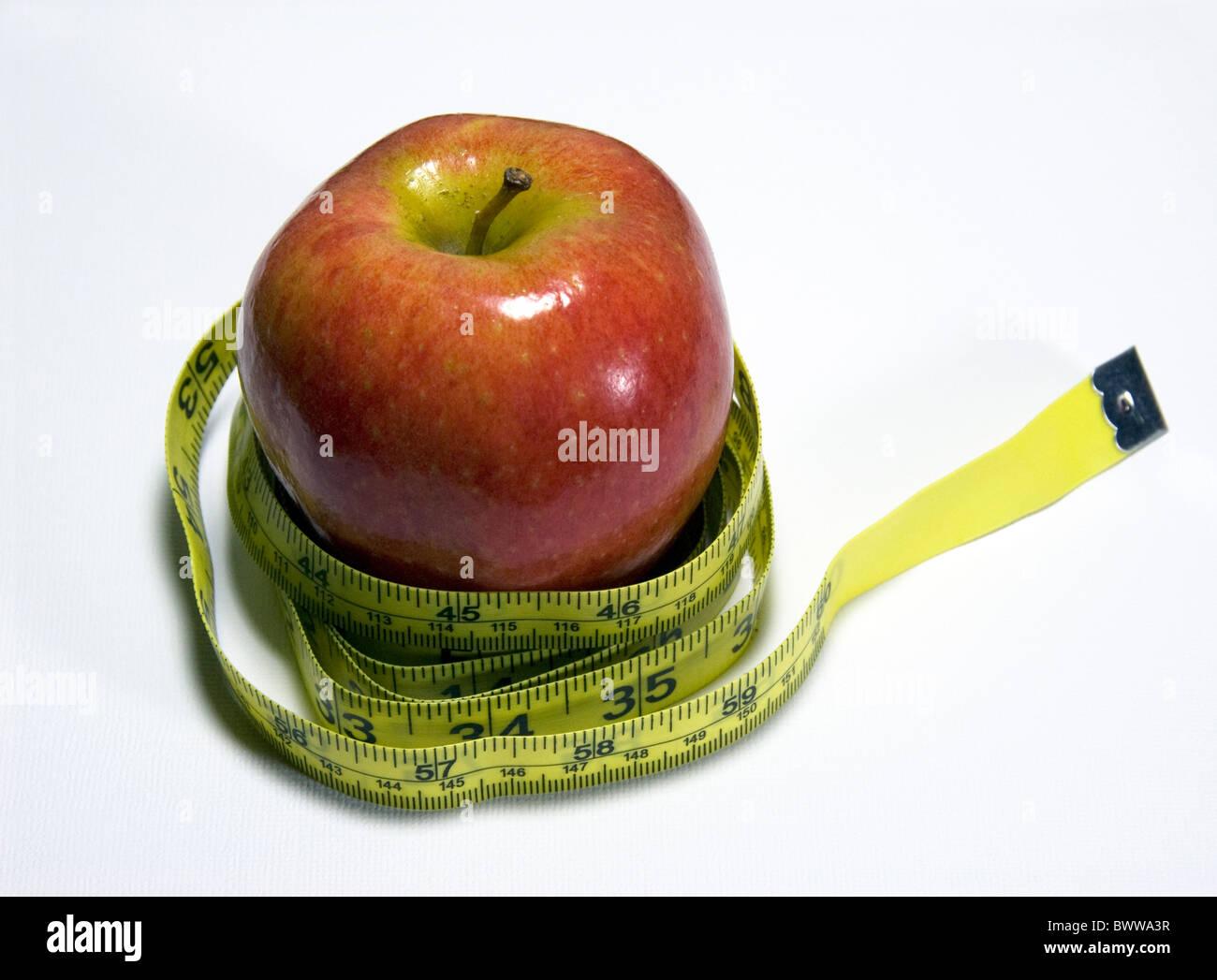 Ruban de mesure avec Apple, concept de la perte de poids ou une alimentation saine. Photo Stock