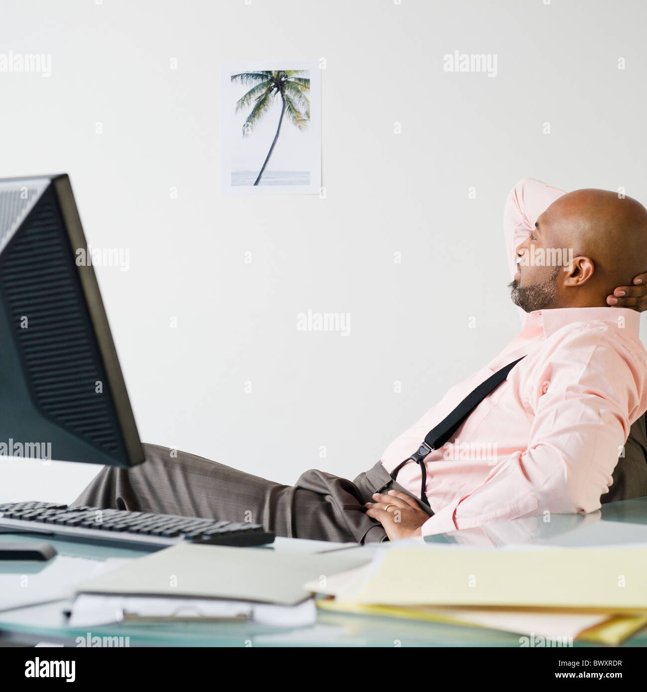 African American businessman looking at photo de palm tree Banque D'Images