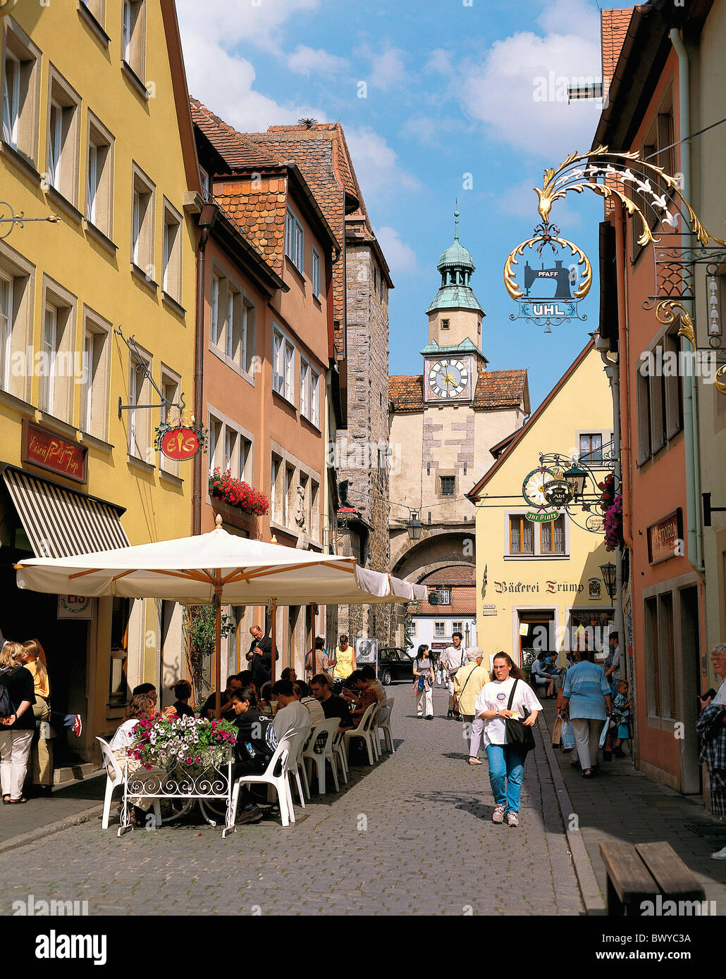 Vieille Ville Allemagne Europe maisons à colombages vit personnes Marcus tower street cafe Rothenburg Photo Stock