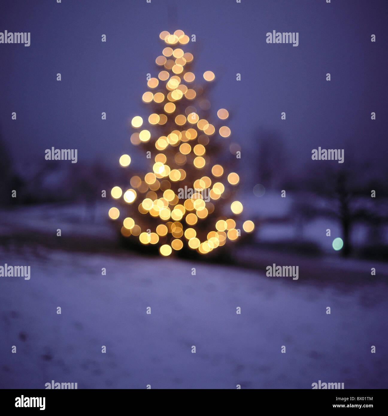 Impression de l'arbre de Noël de points de lumière la nuit de Noël flou Photo Stock