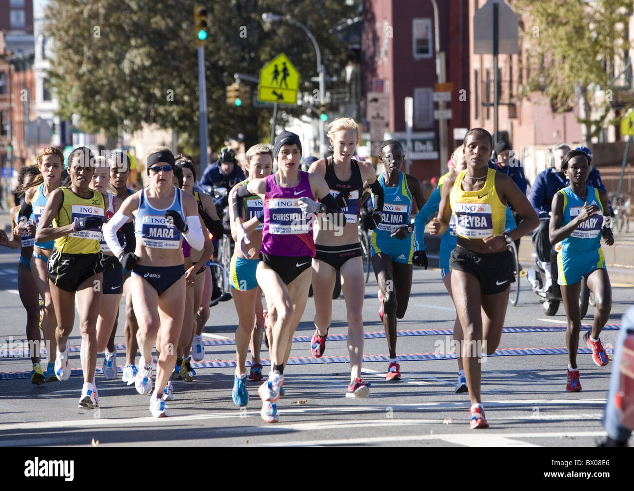 2010: femme front runners aux 10K Marque dans le New York City Marathon sur la 4 e Avenue à Brooklyn. Photo Stock
