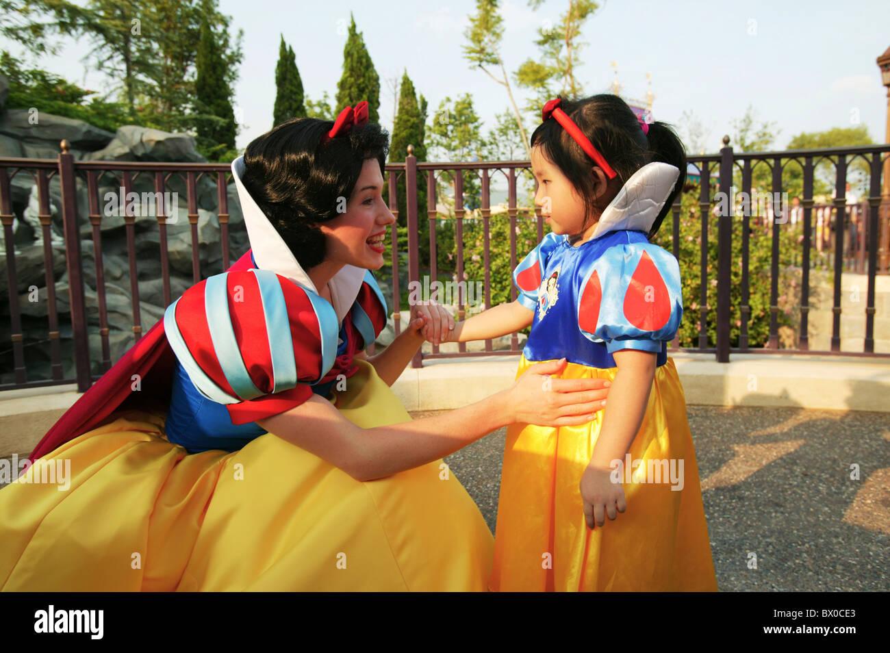 La princesse blanche neige message d'une fille qui s'habillent de la même, Fantasyland, Hong Kong Disneyland, Photo Stock