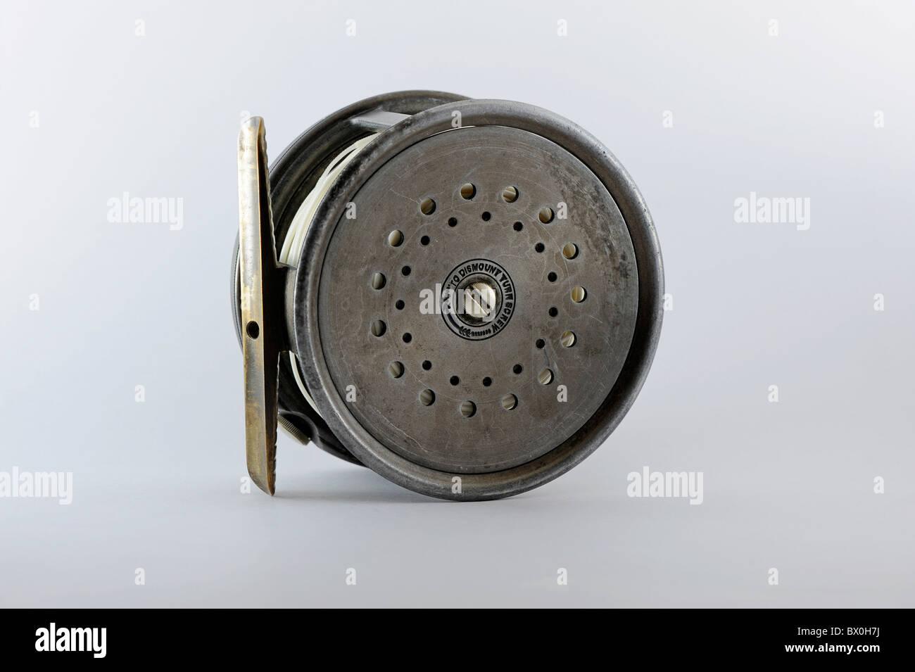 Hardy antique parfait bobine de pêche mouche contre un arrière-plan uni, blanc Photo Stock
