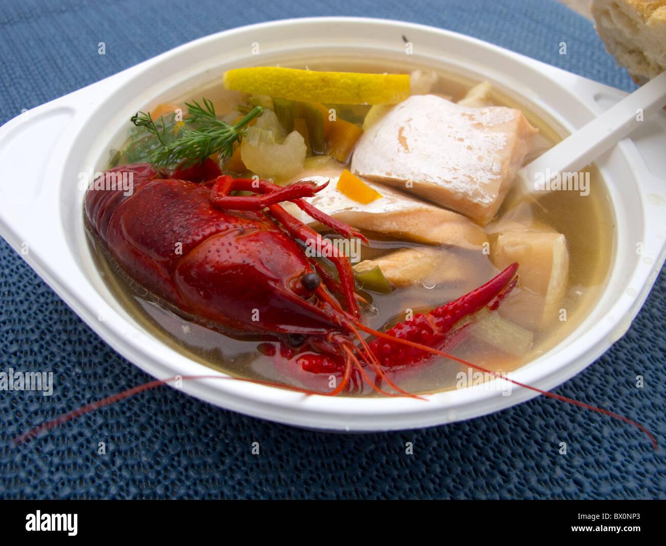 La soupe de poisson servi dans un marché d'agriculteurs à Prenzlauer Berg à Berlin en hiver Photo Stock