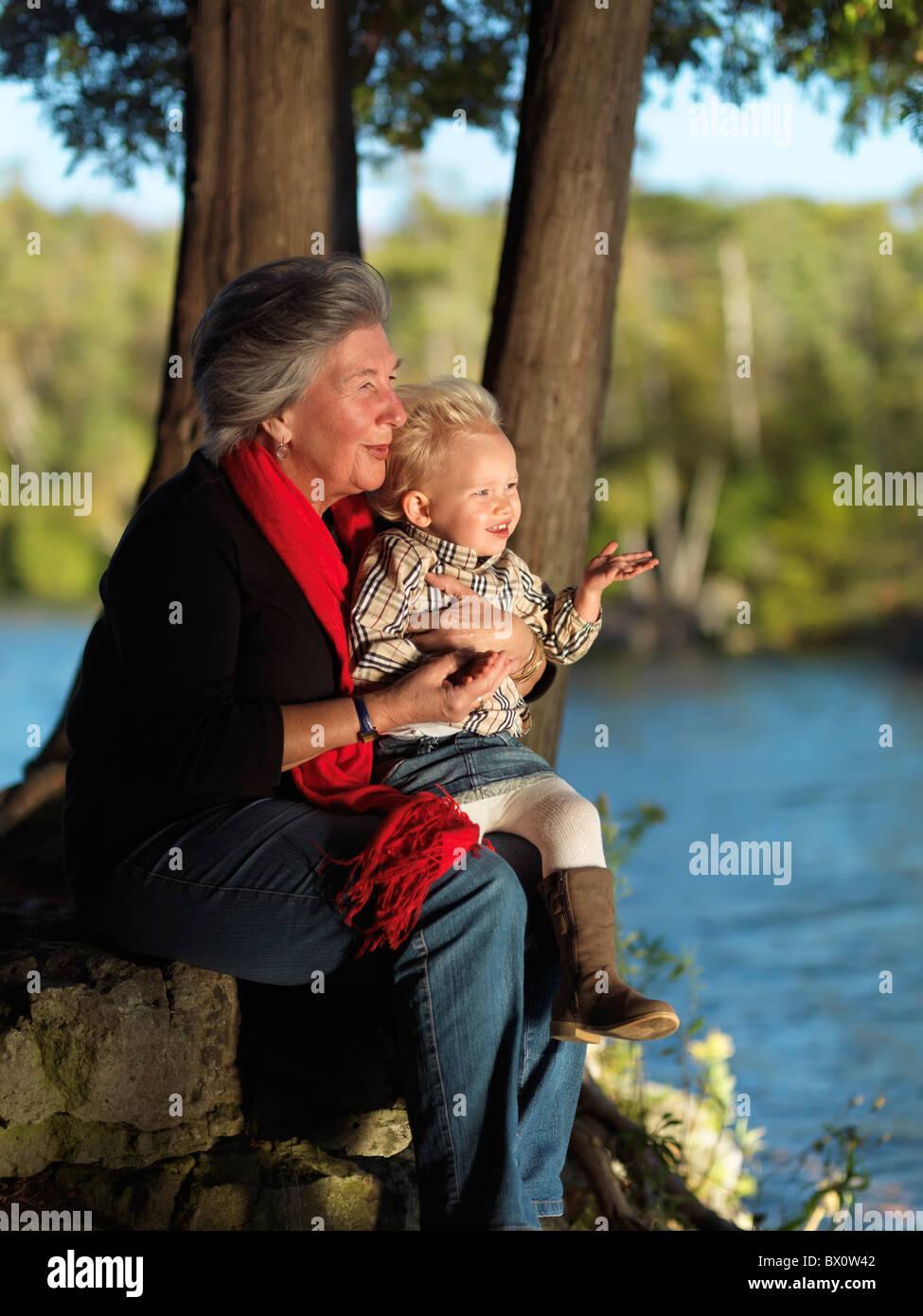 Grand-mère avec sa petite fille, âgée de deux ans bénéficiant de leur temps dans la nature. L'Ontario, Canada. Banque D'Images