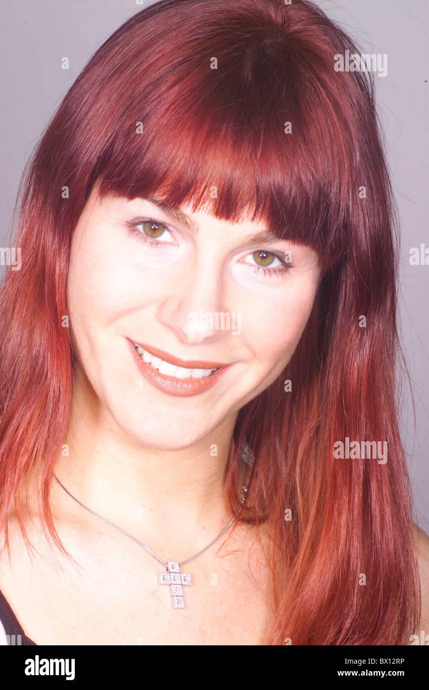 Galet De Croix Bijoux Bijoux De Cheveux Long Rire Portrait Rouge Parution Modele Coiffure Femme Photo Stock Alamy