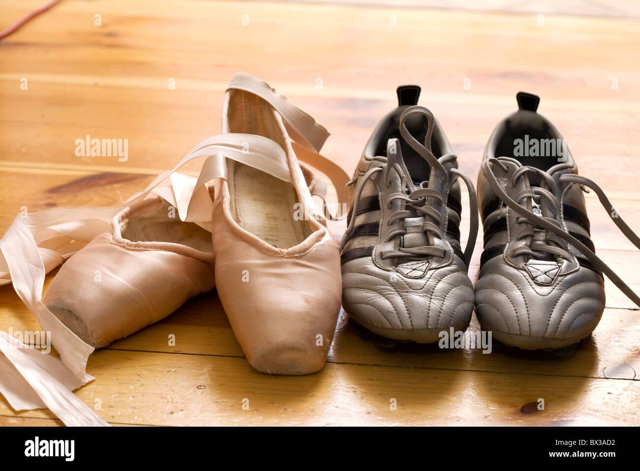 Still Life de chaussons de danse et chaussures de foot Photo Stock