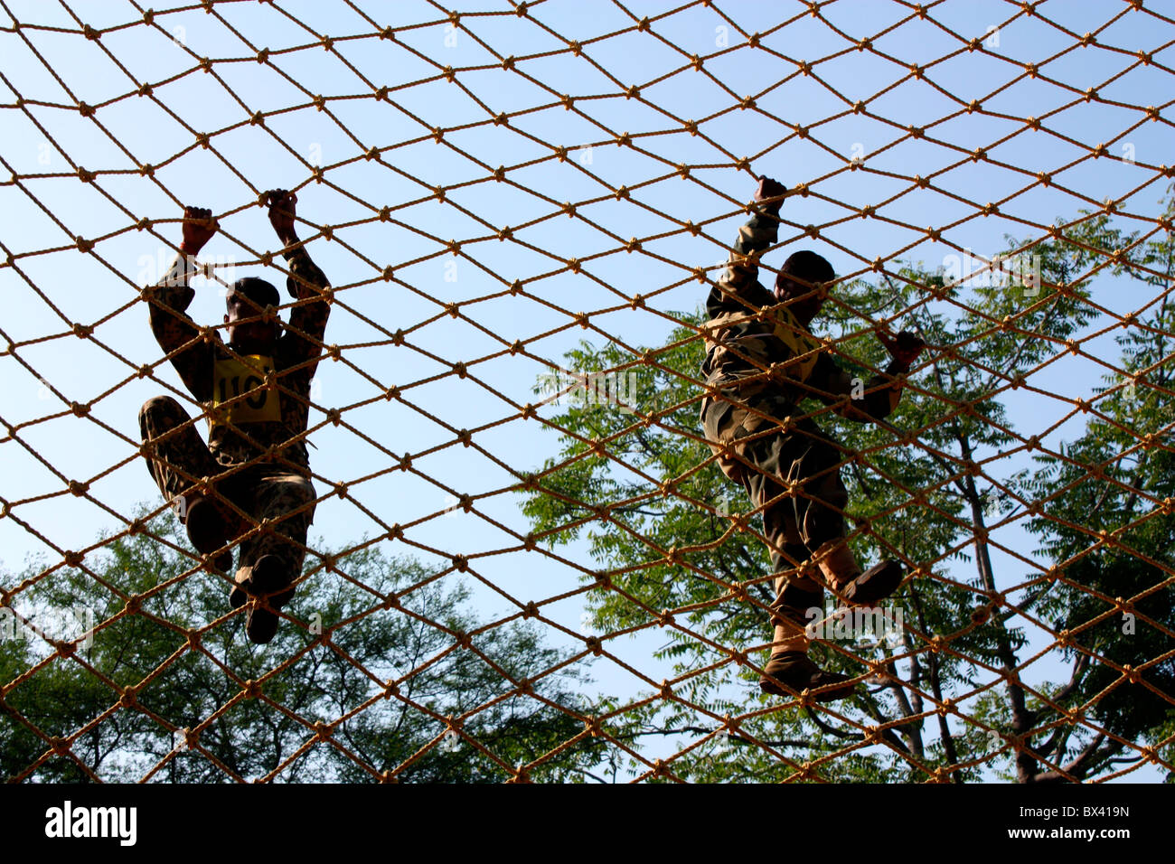 Des soldats indiens crossing obstacle net Photo Stock