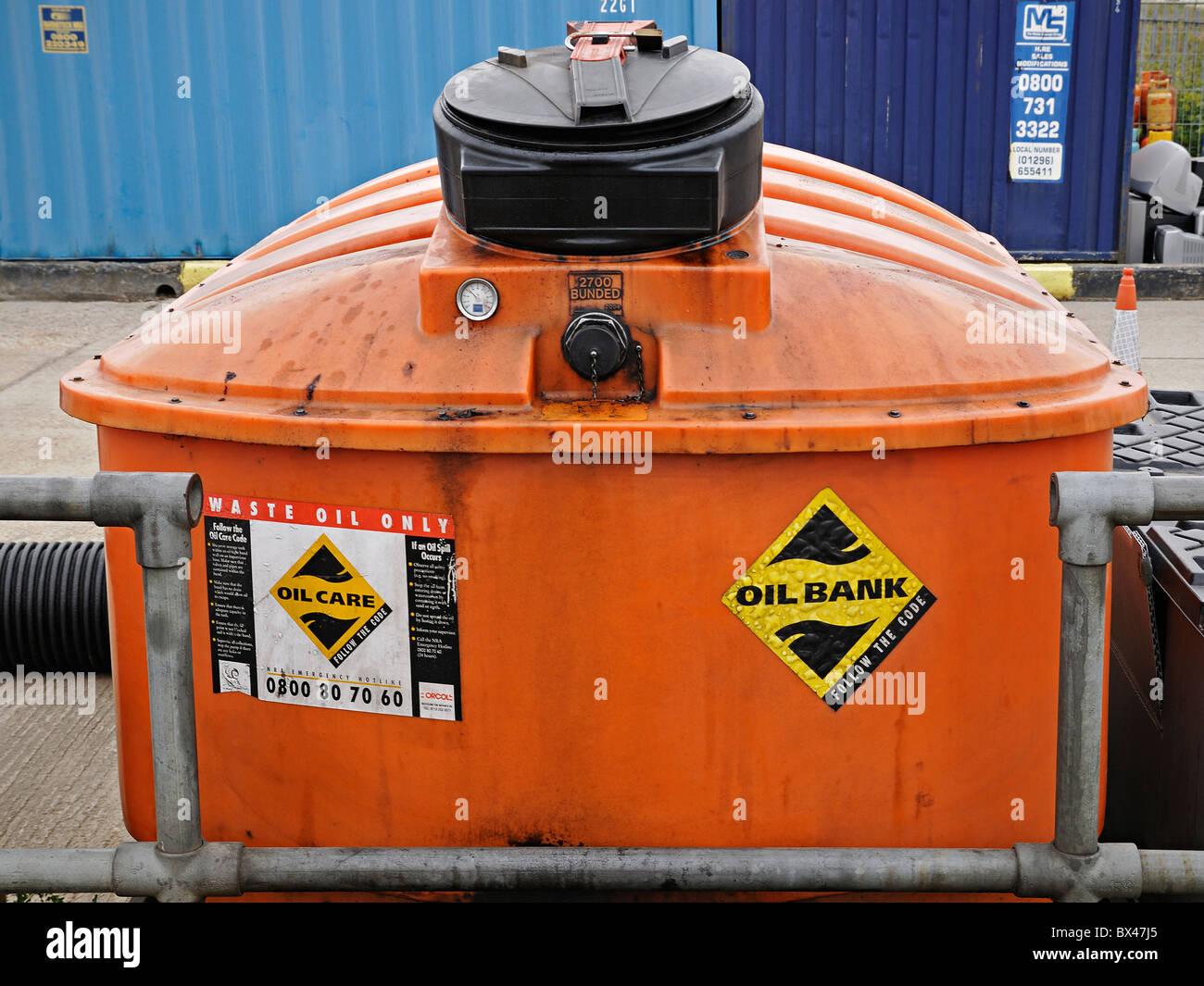 Banque d'huile à un centre de recyclage et de gestion des déchets, au Royaume-Uni. Photo Stock