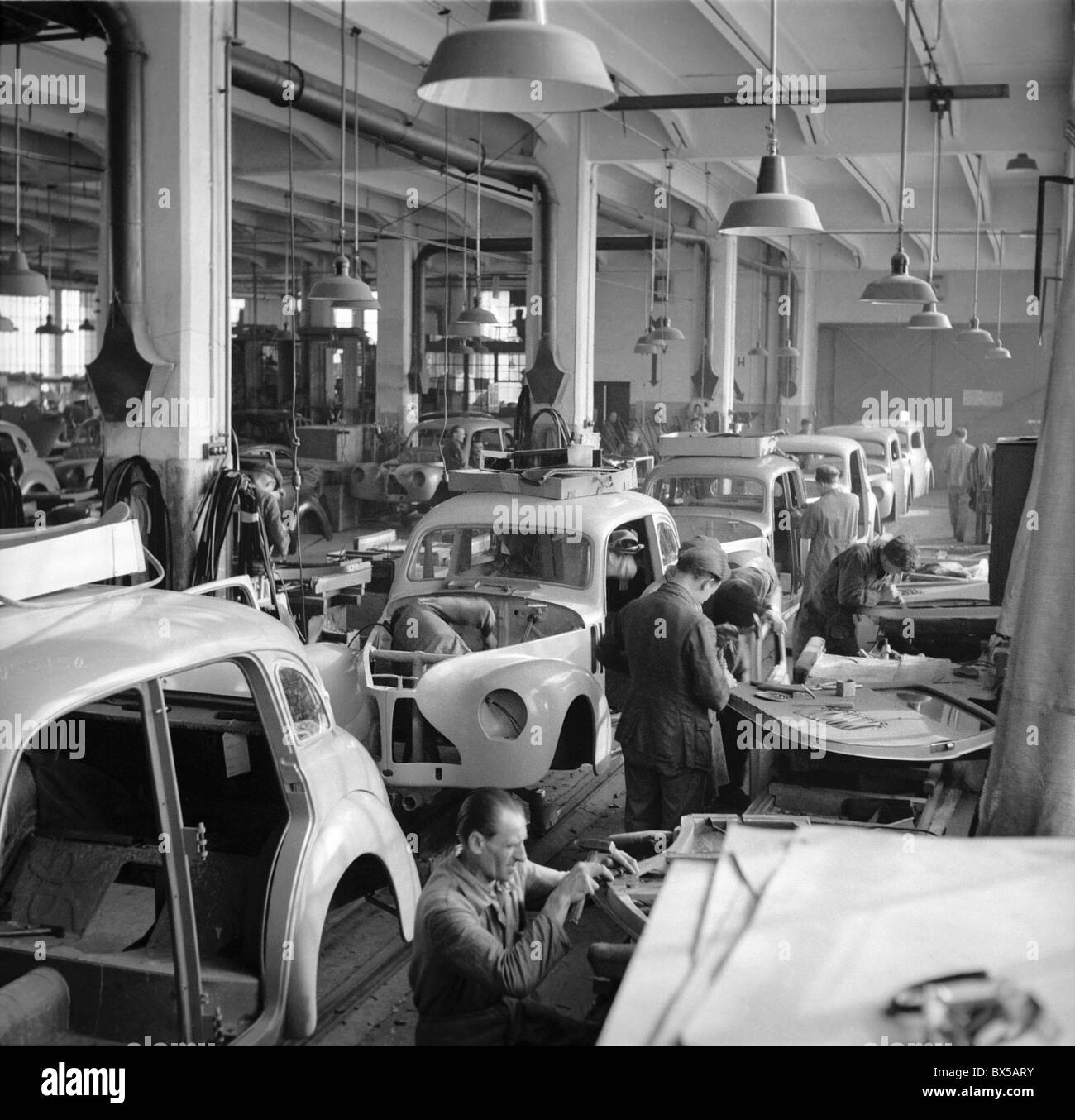 la tch coslovaquie 1950 ligne d 39 assemblage en usine automobile skoda tudor ctk photo vintage. Black Bedroom Furniture Sets. Home Design Ideas
