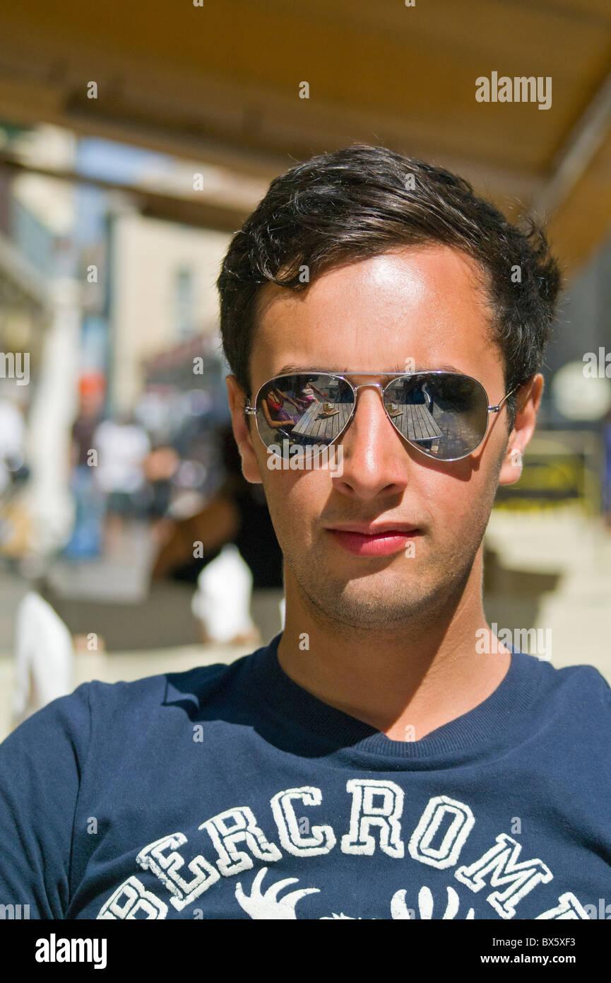 Dans Jeune Assis Ray Des Ban Sun Soleil Homme Portant De Lunettes rBrzw8