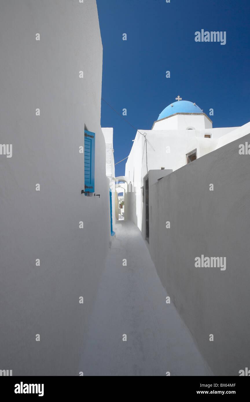 Rue Blanche et l'église à Santorin (thira), Cyclades, îles grecques, Grèce, Europe Photo Stock
