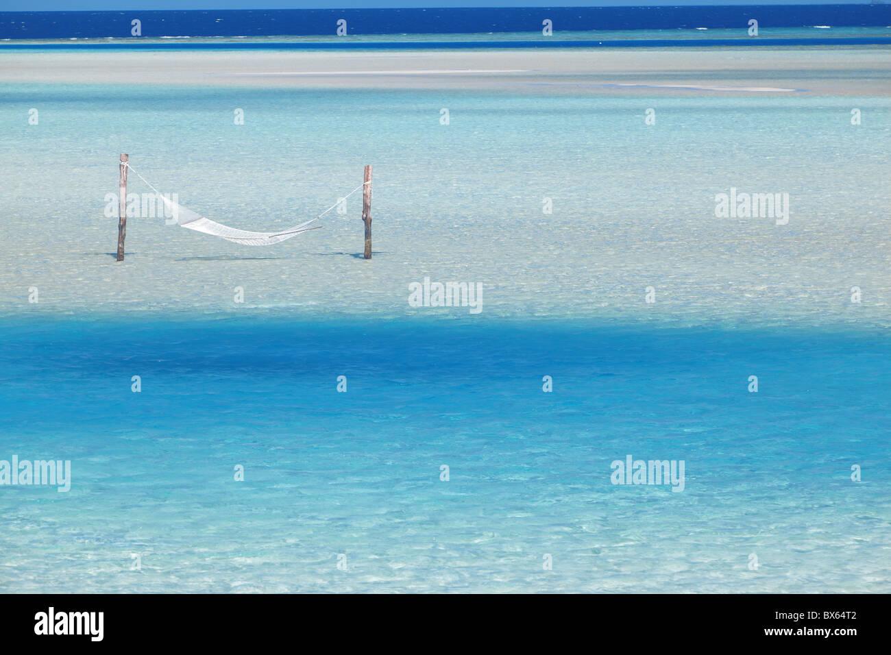 Hamac suspendu dans l'eau claire peu profonde, Maldives, océan Indien, Asie Photo Stock