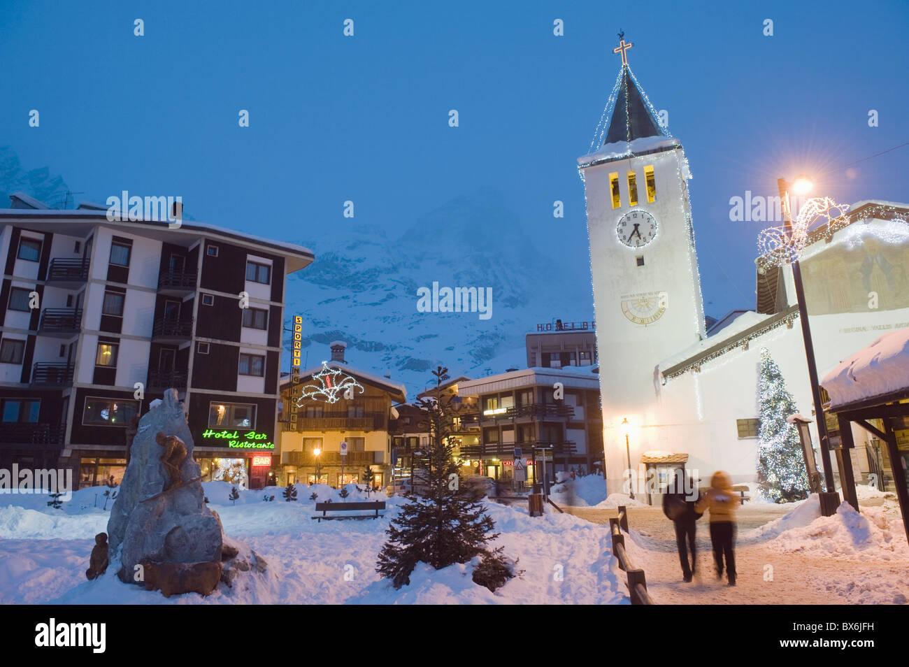L'église du village et Monte Cervino (le Cervin), Cervinia, Val d'Aoste, Alpes italiennes, l'Italie, l'Europe Banque D'Images