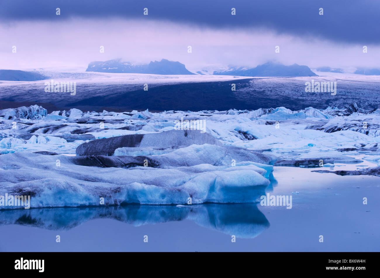 Jokulsarlon glacial lagoon (Breidarmerkurjokull sous le glacier Vatnajokull) qui l'alimente, au sud-est de l'Islande, Photo Stock