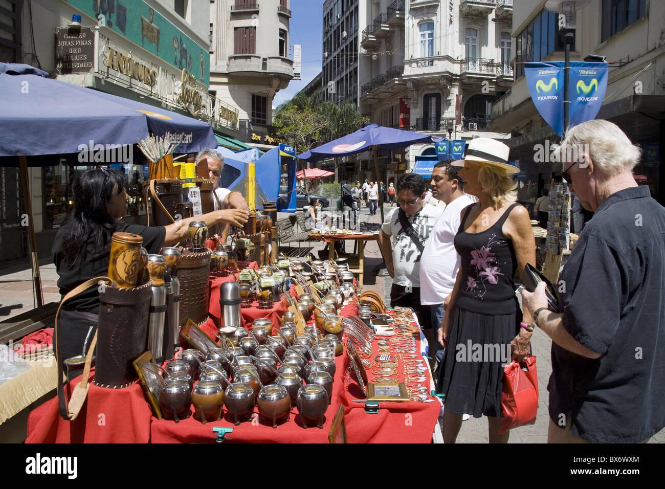 La vente de tasses Mate sur Sarandi Rue dans le vieux centre-ville, Montevideo, Uruguay, Amérique du Sud Photo Stock