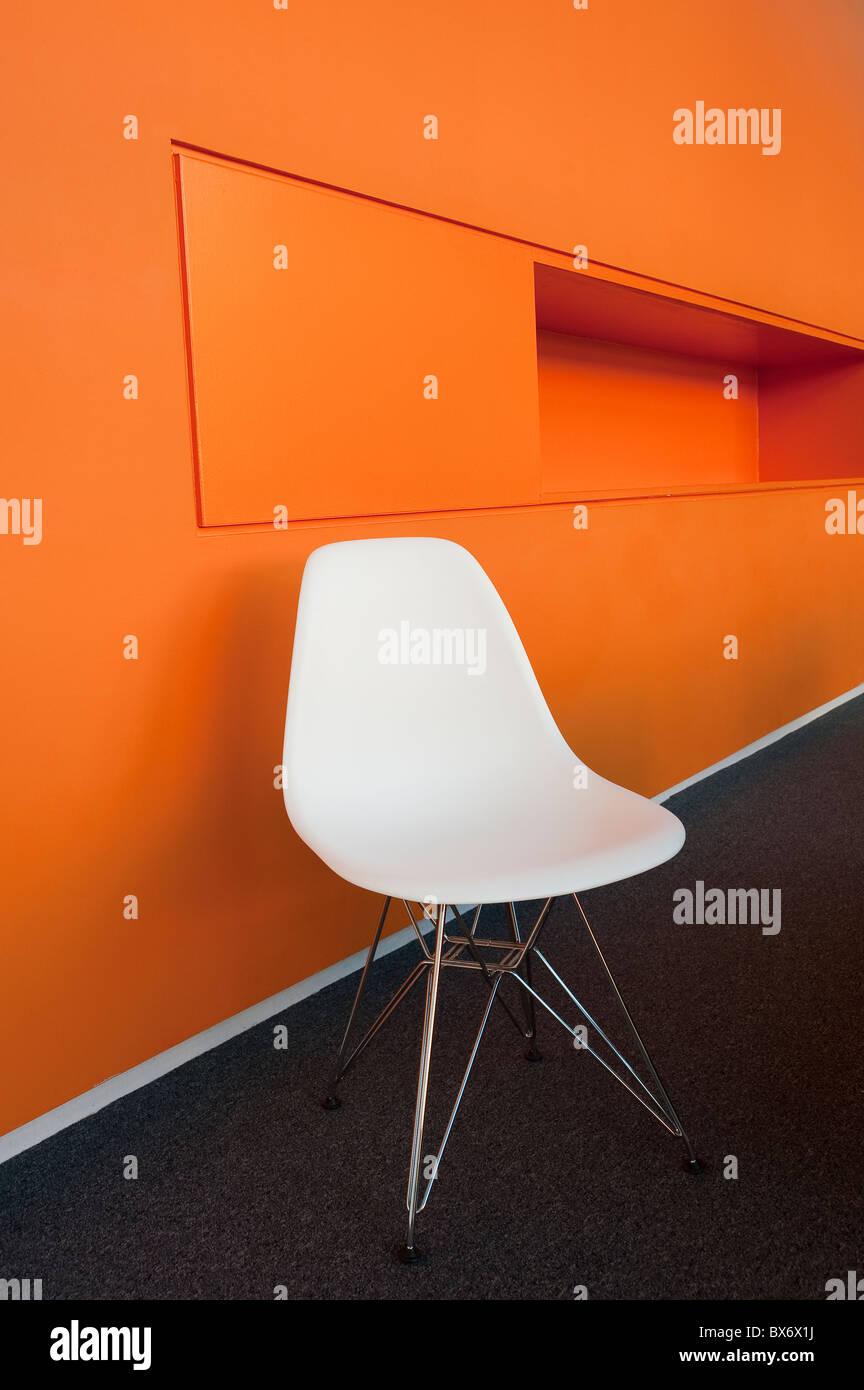 Ultra minimaliste moderne très coloré de designer de mobilier moderne dans un environnement de bureaux Photo Stock