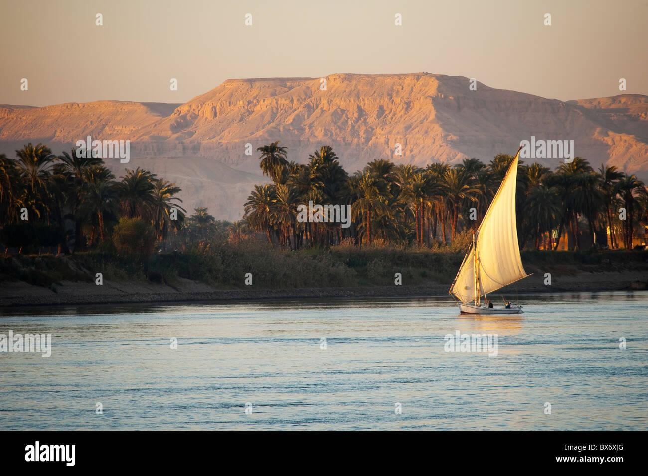 Une magnifique et belle image d'un voilier traditionnel égyptien appelé une felouque sur le Nil au Photo Stock