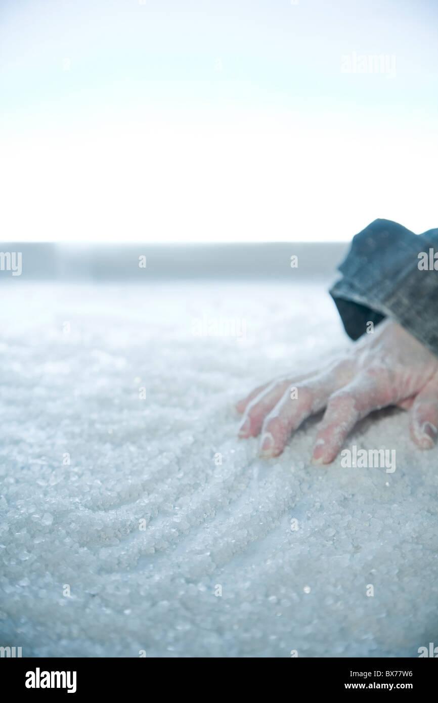 Main congelé allongé sur la neige et la glace. emplacement extérieur, Photo Stock