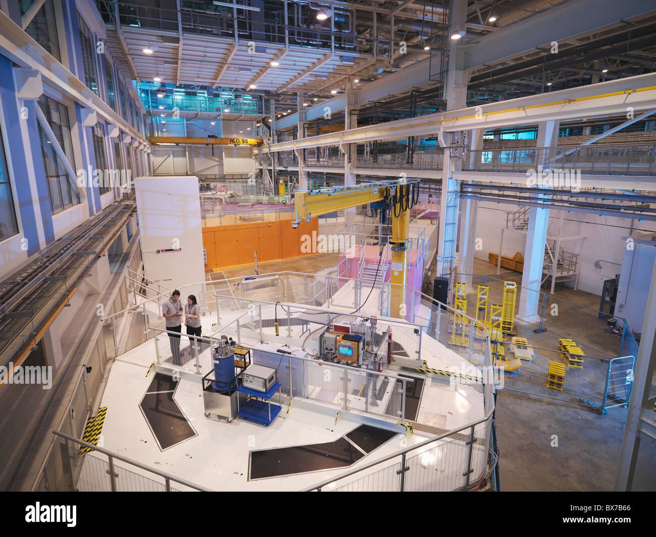 Les scientifiques sur l'accélérateur de particules Photo Stock