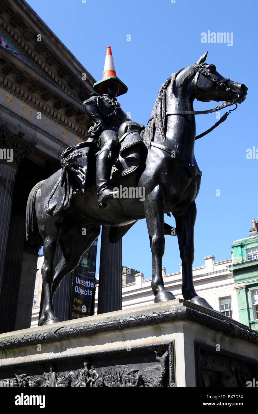 Statue du duc de Wellington à l'extérieur de la galerie d'Art Moderne Glasgow avec cône Banque D'Images