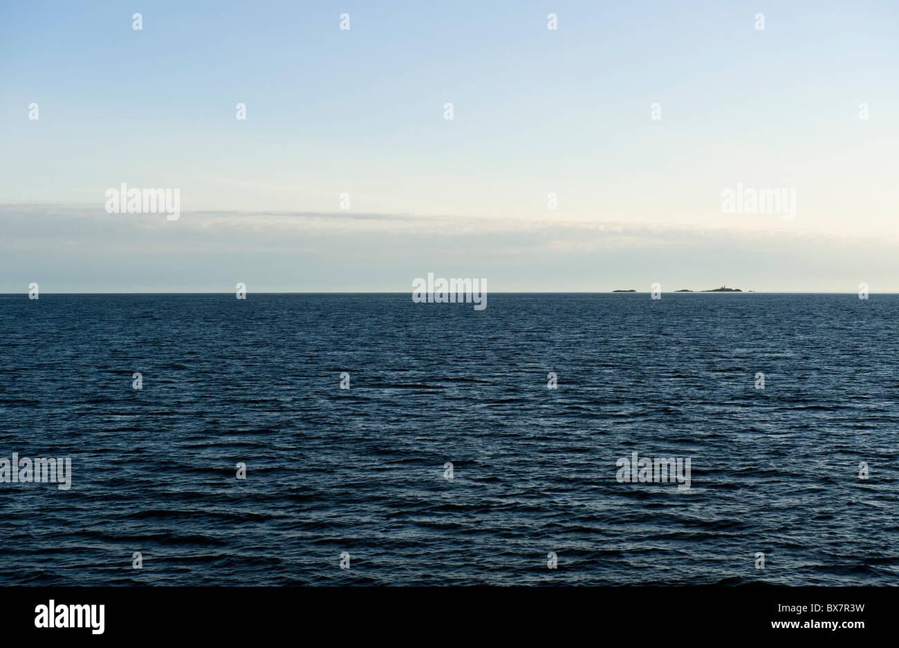 Ligne d'horizon sur le fjord fjord Vestfjord (ouest) à l'extérieur des îles Lofoten, Norvège Photo Stock