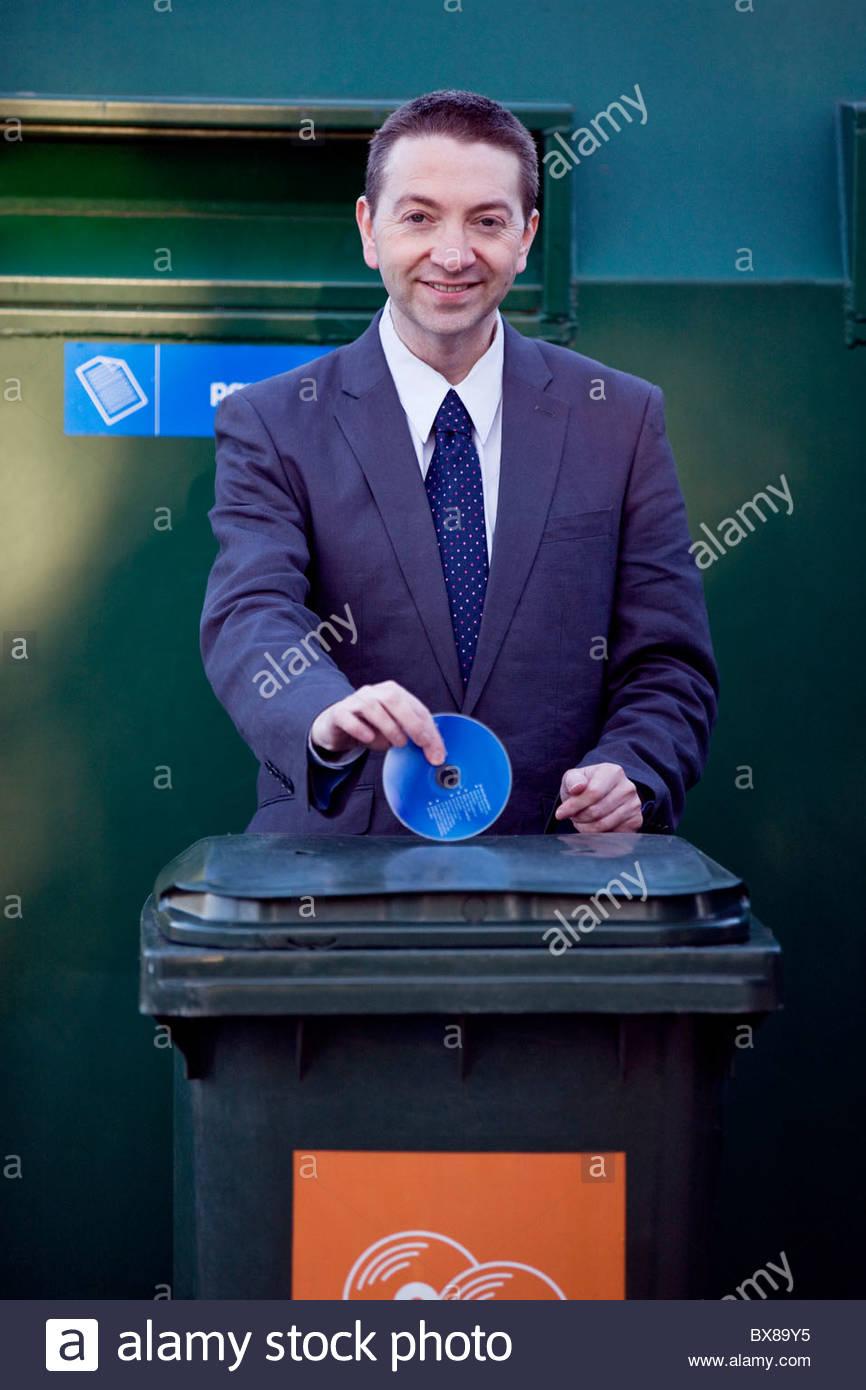 Un homme d'un cd de recyclage Photo Stock