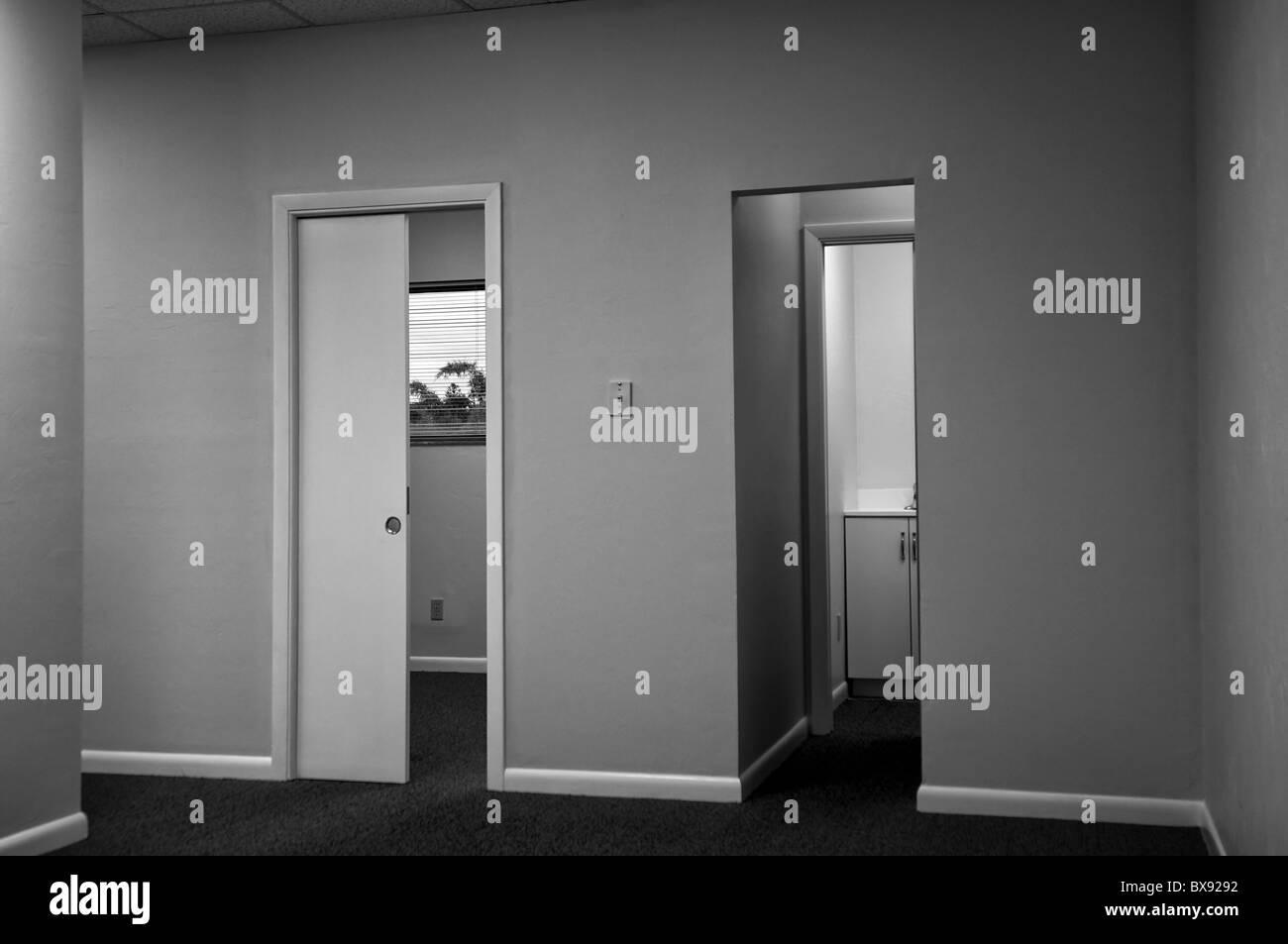 Image en noir et blanc à l intérieur de l espace de bureau vacant