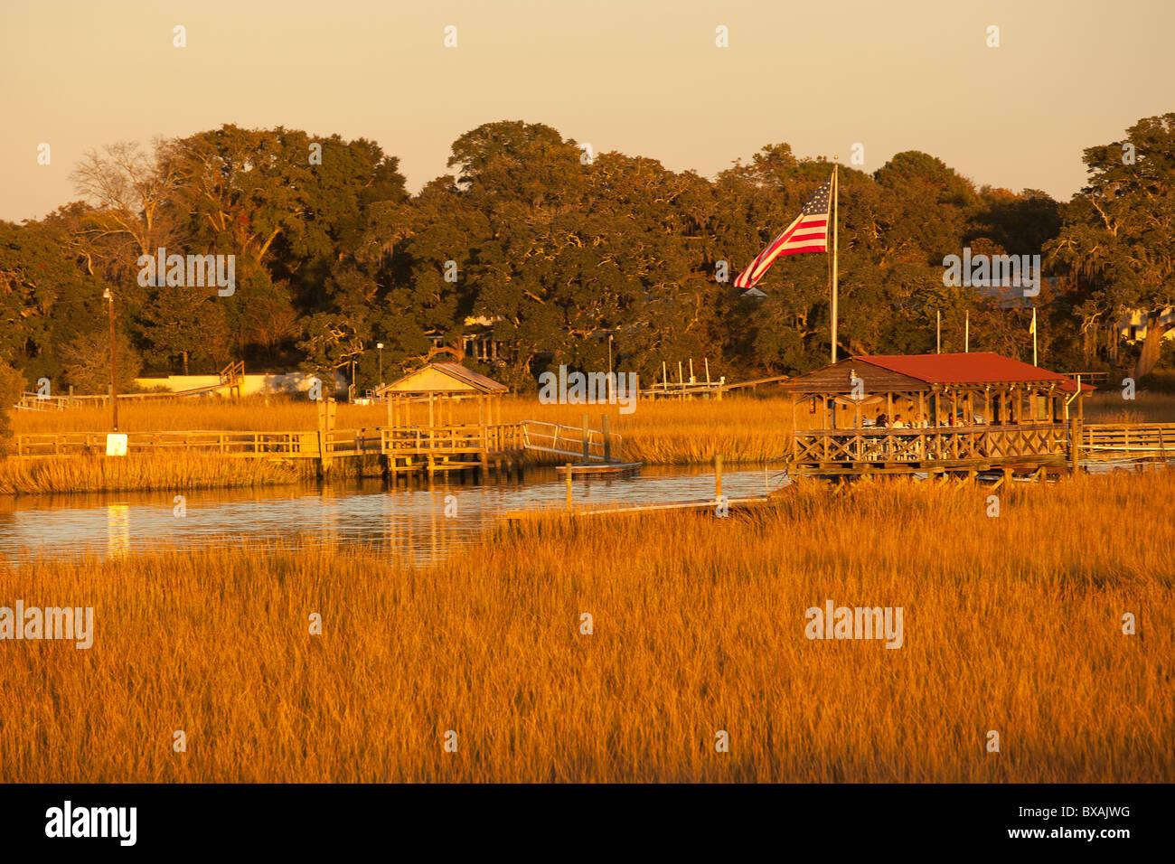 Coucher de soleil sur le marais sur shem Creek à Mt Pleasant, SC. Photo Stock