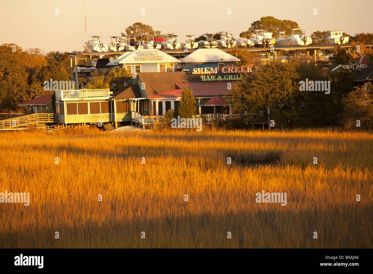 Coucher de soleil sur le marais Shem Creek à Mt Pleasant, SC. Photo Stock