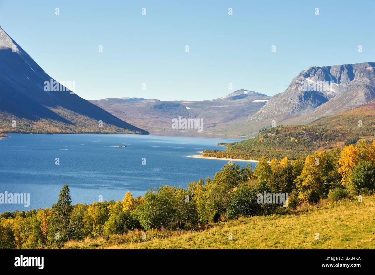 Des montagnes et des forêts sur la mer Photo Stock