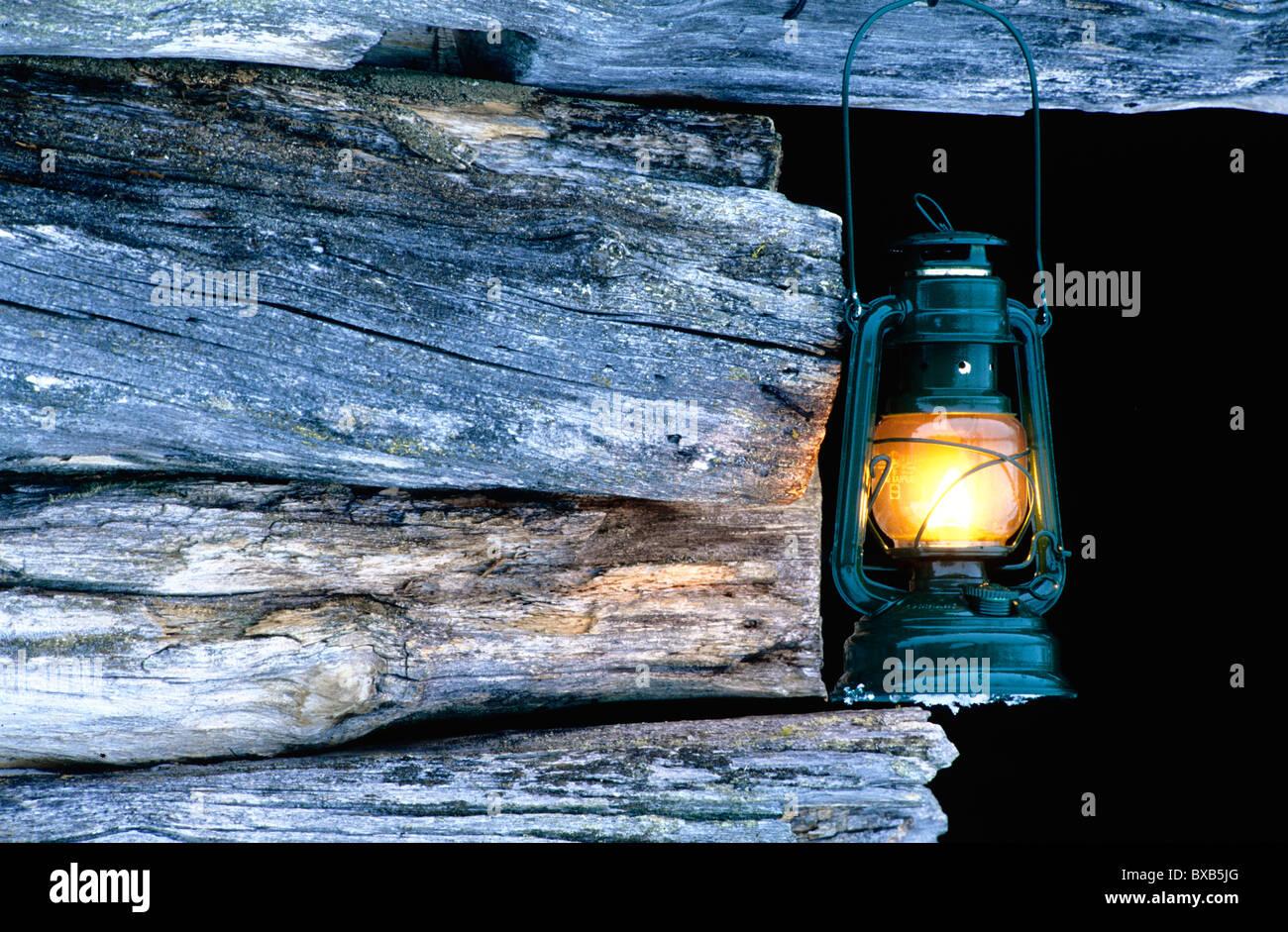 Lanterne ancienne pendu le faisceau de toit Photo Stock