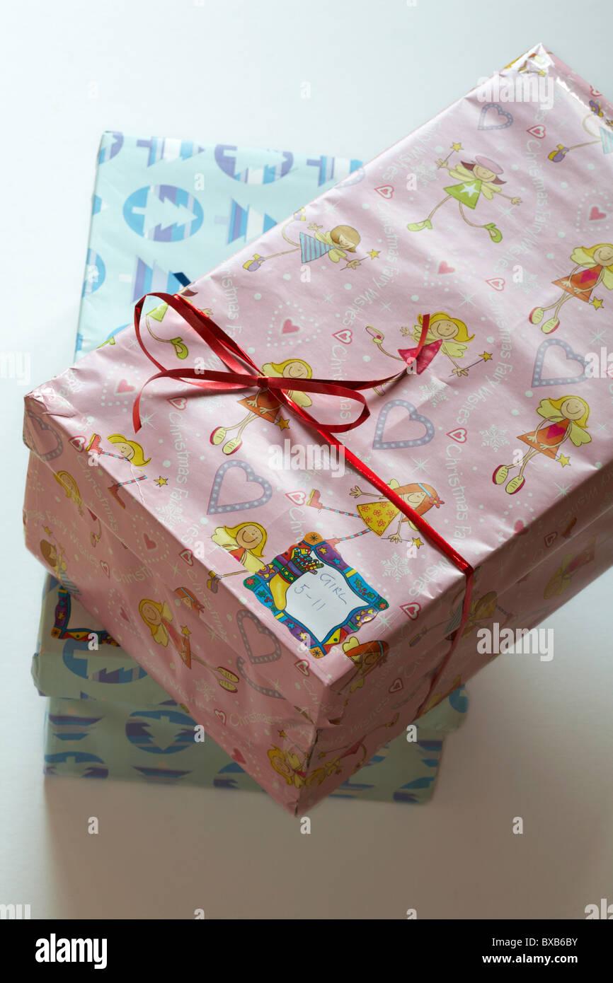 Boîtes de Noël pour la charité pour les enfants pas si le privilège Photo Stock