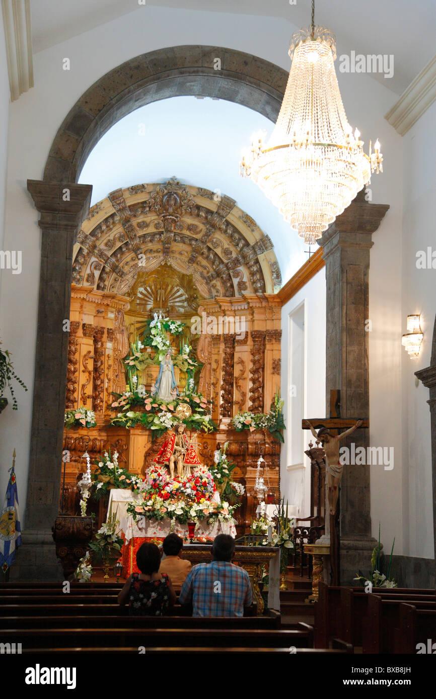 Certaines personnes adorent l'image de Senhor Bom Jesus da Pedra dans l'église de l'Esprit Saint. Photo Stock