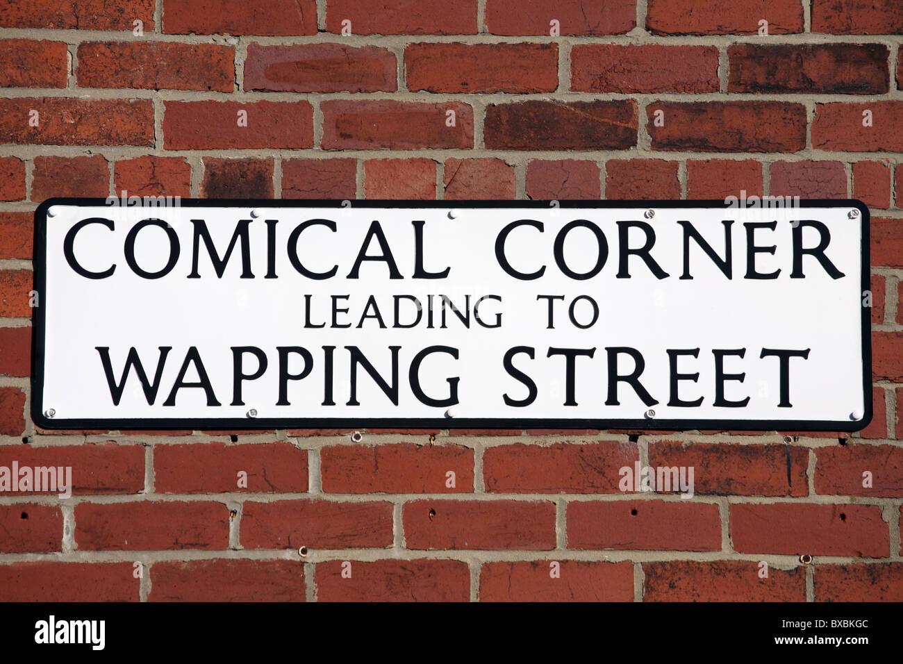 Plaque de rue amusante angle comique menant à Wapping Street, South Shields, Tyne and Wear, England, UK Banque D'Images
