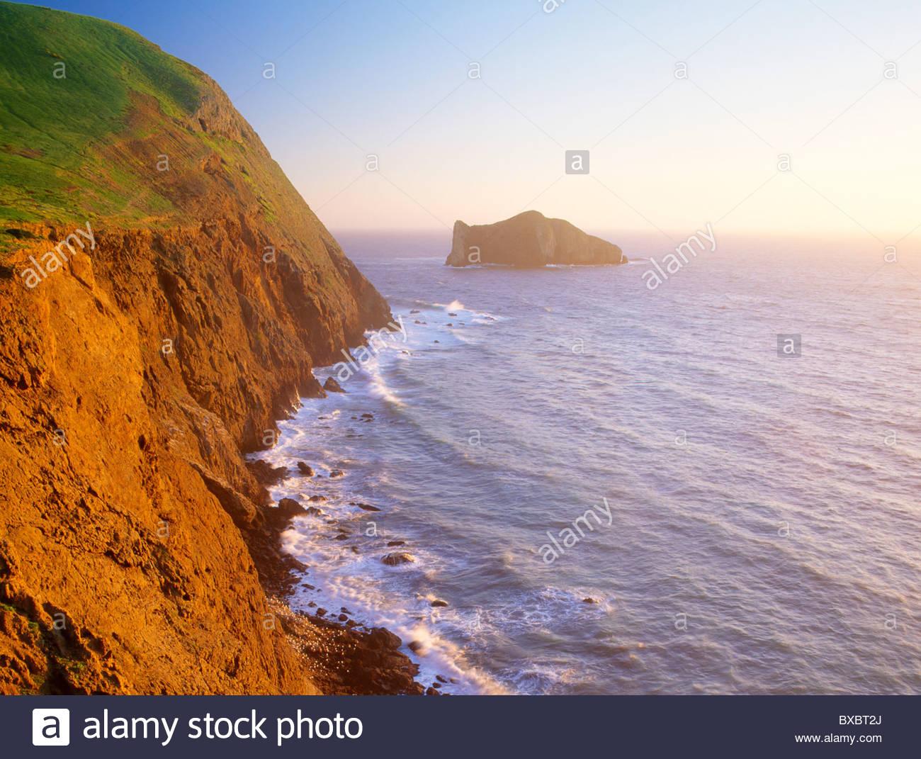 La rive ouest de l'île de Santa Barbara avec Sutil Island. Channel Islands National Park, en Californie. Photo Stock