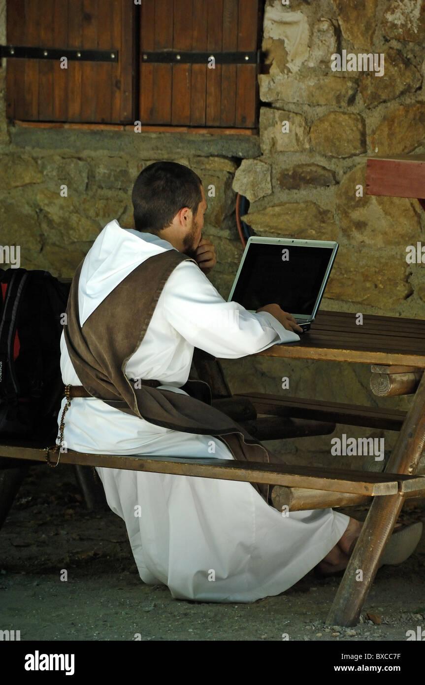 Moine de la communauté catholique de l'ordinateur à l'aide d'Beautitudes Villefranche-de-Conflent Abbaye ou monastère, Banque D'Images