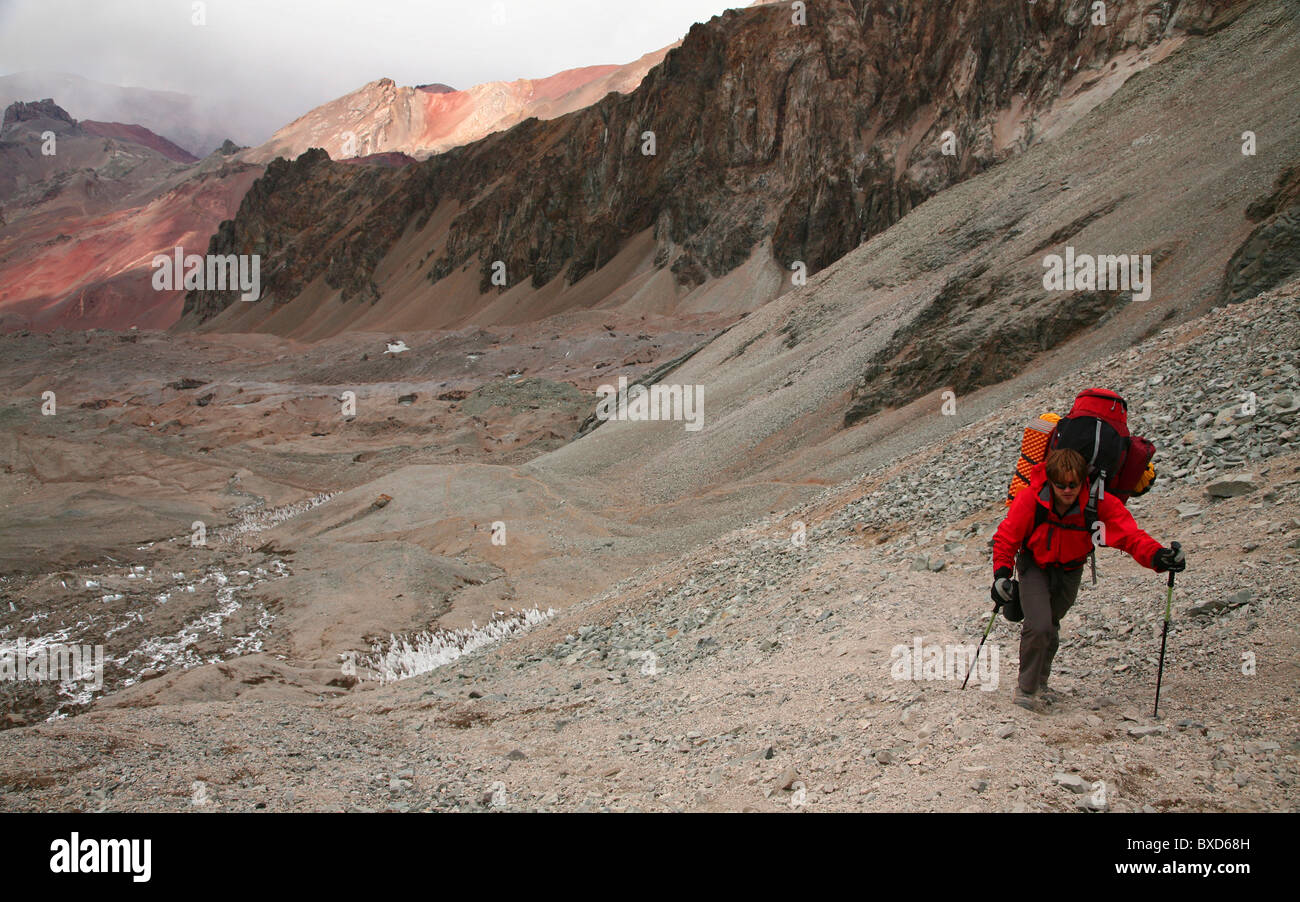 Le transport de l'alpiniste une lourde charge d'un camp sur l'Aconcagua, Andes, Argentine Photo Stock