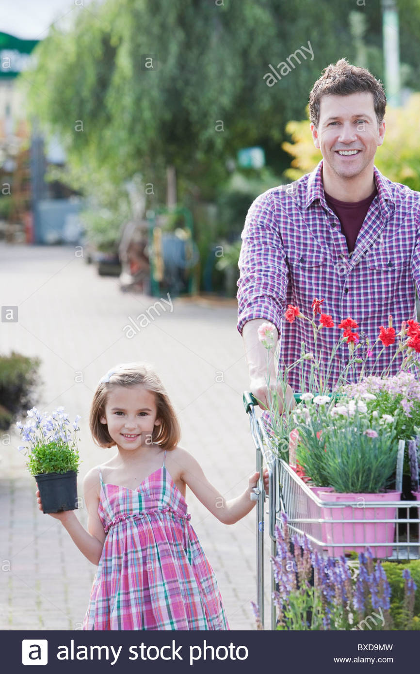 Père et fille shopping together in nursery Photo Stock