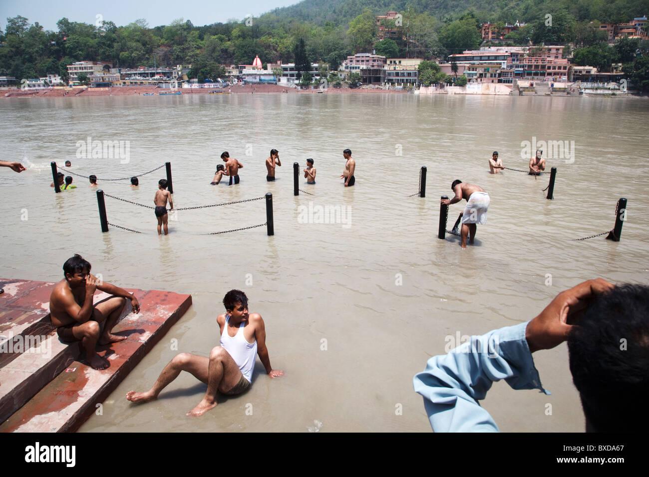 Dévot hindou pèlerins se baignent dans le Gange à Rishikesh, Uttarakhand, Inde. Banque D'Images