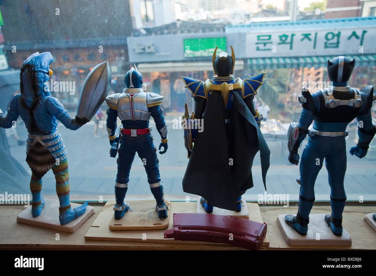 Les jouets à la recherche hors de la fenêtre du Musée du Jouet à Séoul, Corée du Sud Photo Stock
