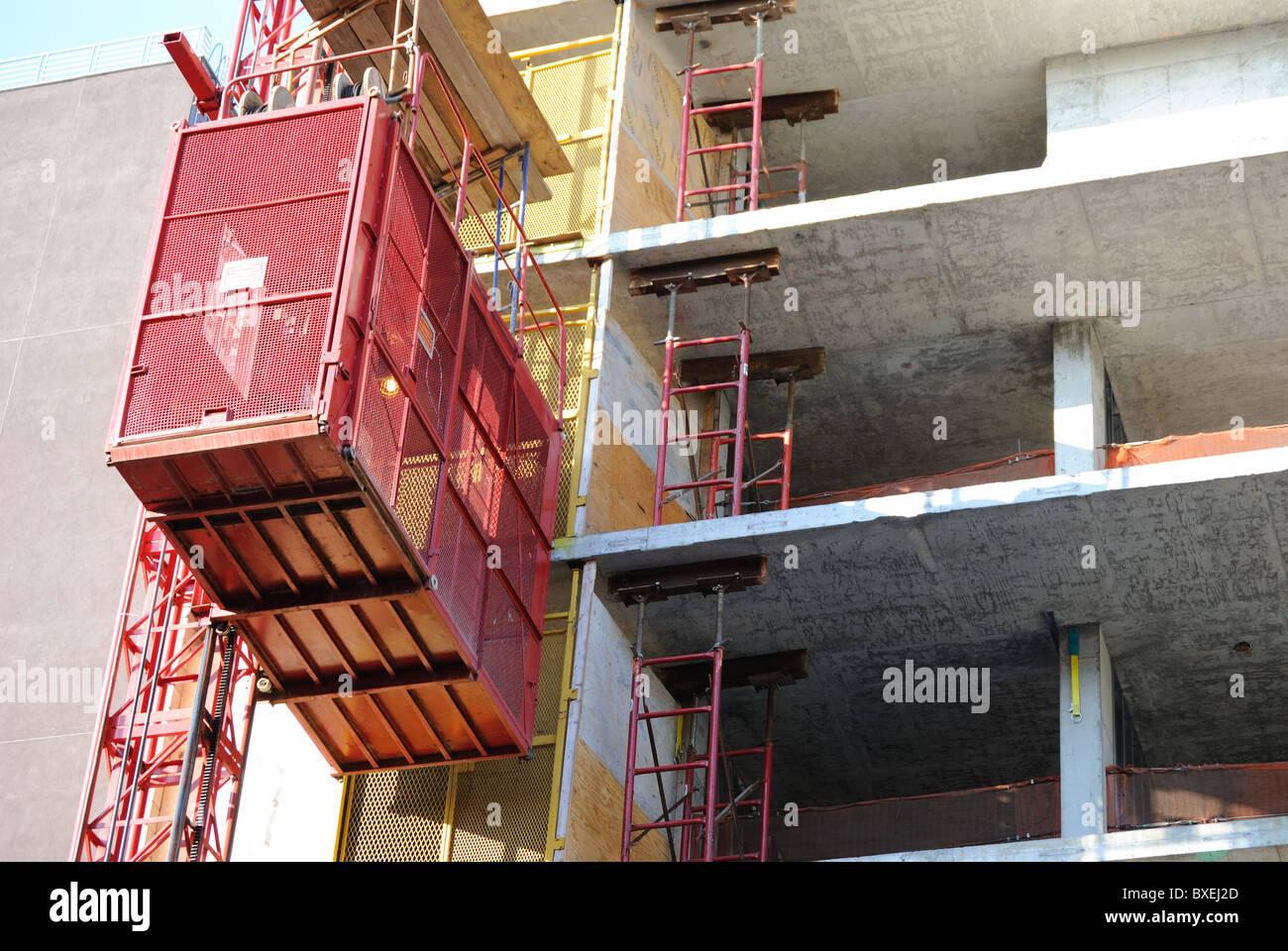 Un ascenseur ascenseur sur un bâtiment en construction Photo Stock