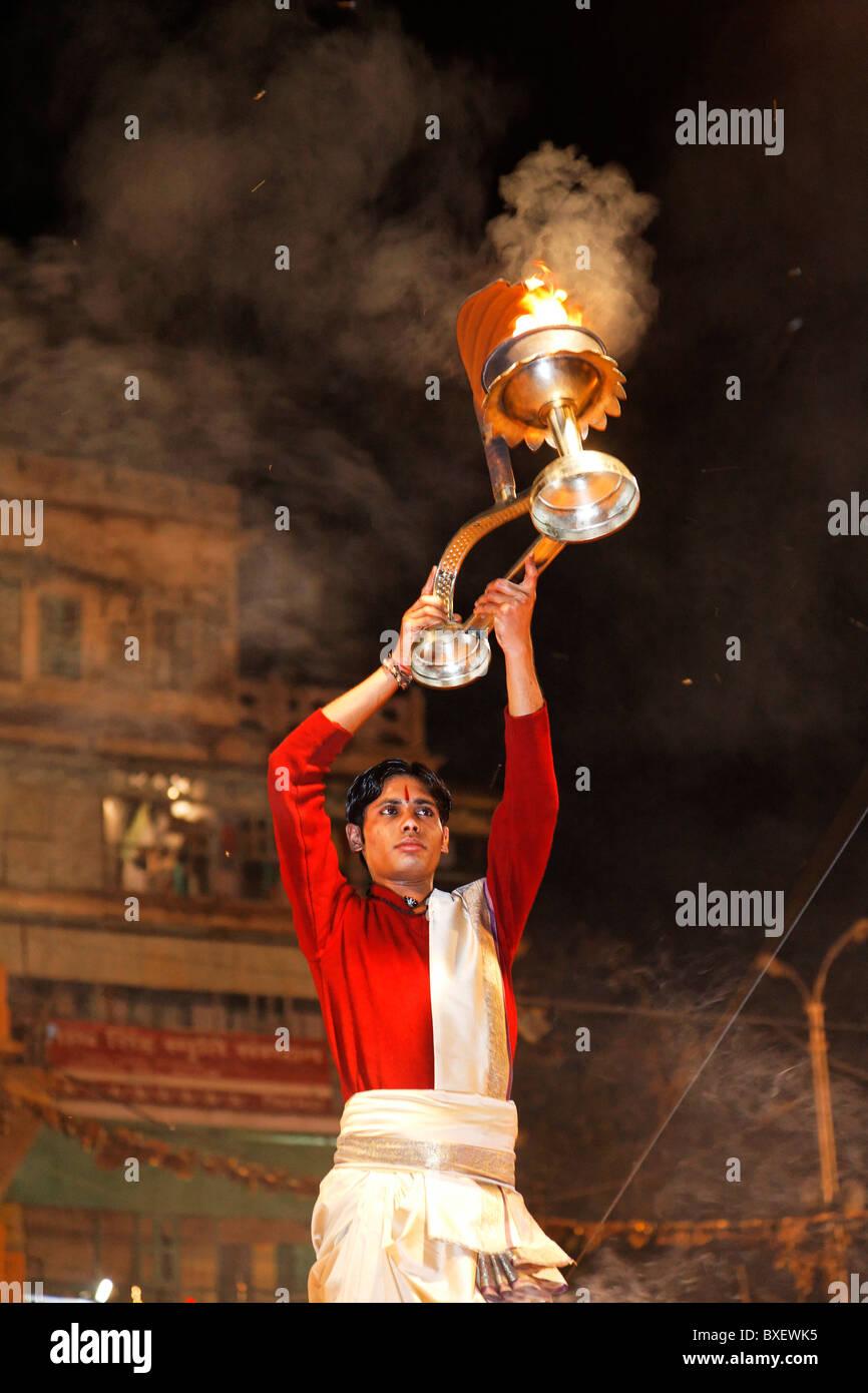 Inde - Uttar Pradesh - Varanasi - prêtre à la puja nocturne sur Dashaswamedh Ghat Photo Stock