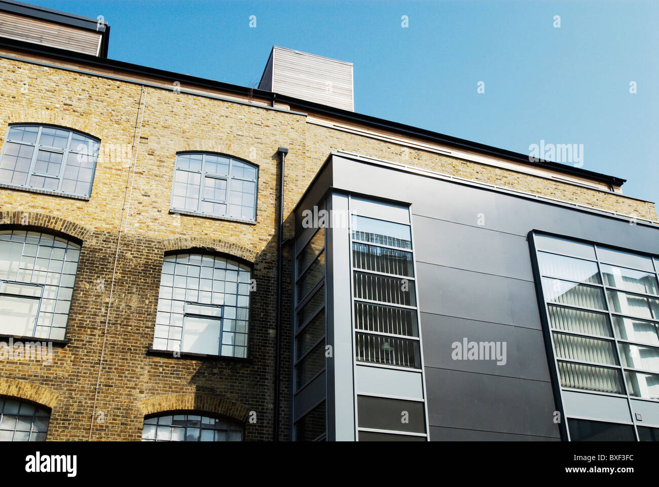Extension de pavillon de bureau moderne à l ancienne usine borough